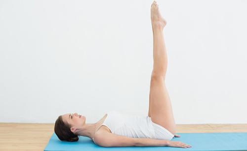 Động-tác-nâng-chân-lên-cao-giúp-giảm-mỡ-hông-nhanh-chóng-và-an-toàn